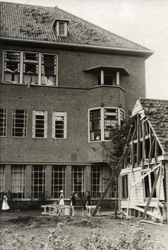 Tweede Wereldoorlog. Luchtoorlog. Wilhelminagasthuis in Amsterdam, verwoest door een brandbom bij een Engels bombardement. Nederland, Amsterdam, 1940.