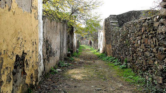 3.2- Una antigua villa amurallada abandonada (Granadilla, Cáceres)   Granadilla es una antigua villa amurallada en el noroeste de Cáceres, y un importante pueblo, hasta que en la década del 60 fue desalojado por convertirse en zona inundable  al construirse el Embalse de Gabriel Galán.