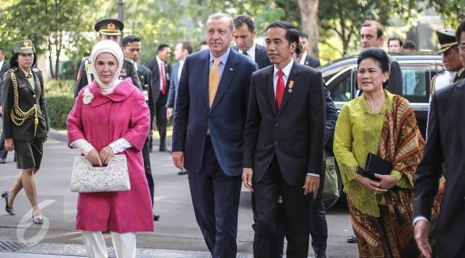 Presiden Turki Tayyip Erdogan dan istrinya Emine saat berkunjung ke Indonesia pada 31 Juli 2015. (Liputan6.com/Herman Zakharia)