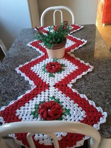 Caminho de mesa de croche vermelhoe branco                                                                                                                                                                                 Mais
