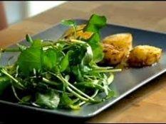 Coquilles zijn na mosselen en oesters de meest geconsumeerde schelpdieren in Nederland. En niet ten onrechte, coquilles zijn heerlijk.De gebakken coquilles in dit recept zijn licht van smaak met een zachte kerrie zweem erover. Dit maakt het tot een heerlijk voorgerecht.