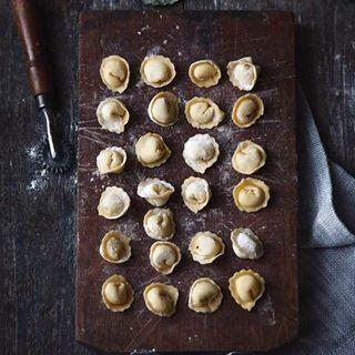 La composta di meline selvatiche, può essere aromatizzata con vaniglia o cannella per abbinamenti dolci, come yogurt o gelato, oppure con erbe come timo e rosmarino per abbinamenti salati, con carni e i formaggi stagionati.