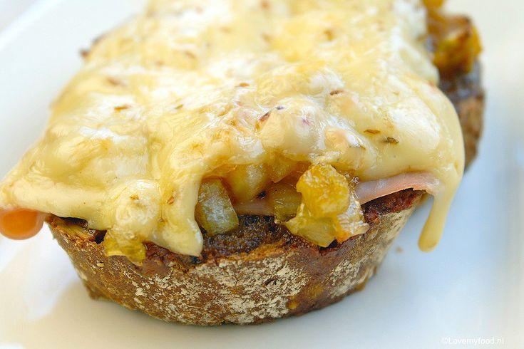 warm broodje met ham, witlof en komijnekaas.