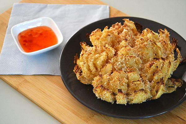 Een ware hit in Amerika en bij bijna iedereen die wel eens naar een fastfoodrestaurant is geweest in de USA bekend, de Blooming Onion. De bloeiende ui, dus. Na wat googelen vond ik wat filmpjes waarin zo'n blooming onion werd…