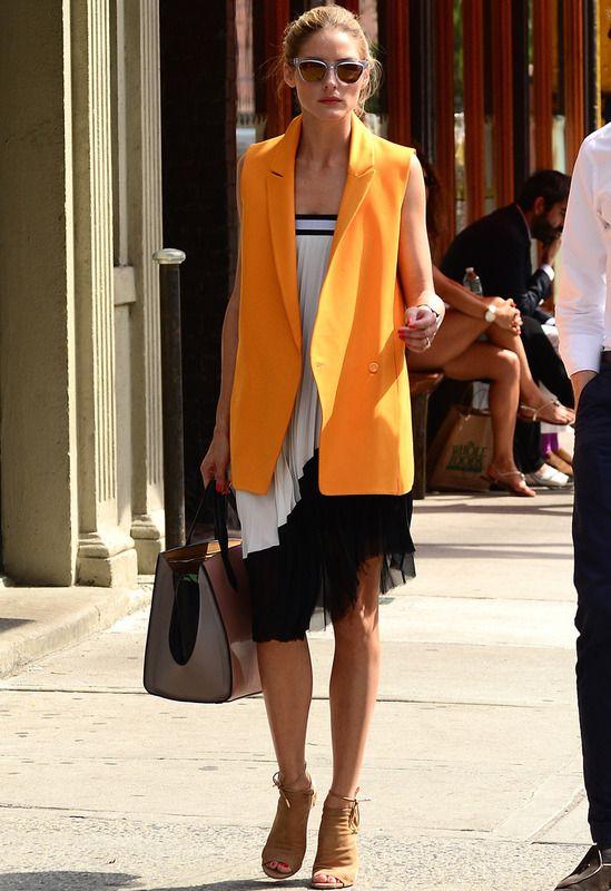Sólo Olivia Palermo se atrevería a ponerse esta falda plisada black & white de Zara como un vestido palabra de honor. La it girl lo combina de 10 con un chaleco naranja también de zara, botines peep toe en camel de Aquazura y de Smythson.