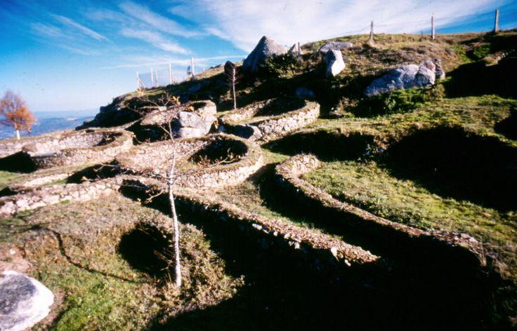 Castro de Castromao Sito no cume dun outeiro, goza dunhas vistas espléndidas do…