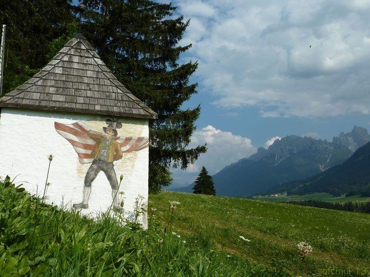 Cappella votiva in Val Pusteria. Sullo sfondo la Croda dei Baranci (2933 m.)
