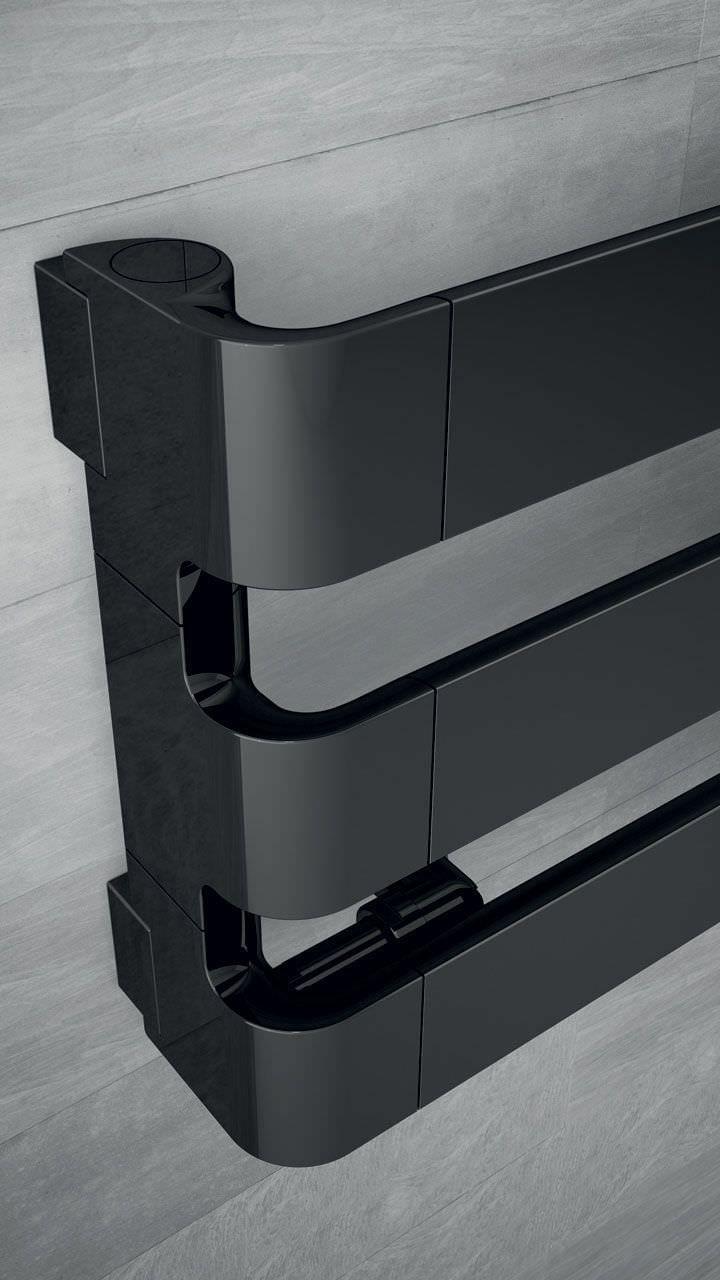 STEP, radiateur design eau chaude, Irsap. Design by Antonio Citterio. Modèle présenté : SE1180003B2E. HxLxP en mm : 310x1800x107, puissance 559W, finition chrome noir.