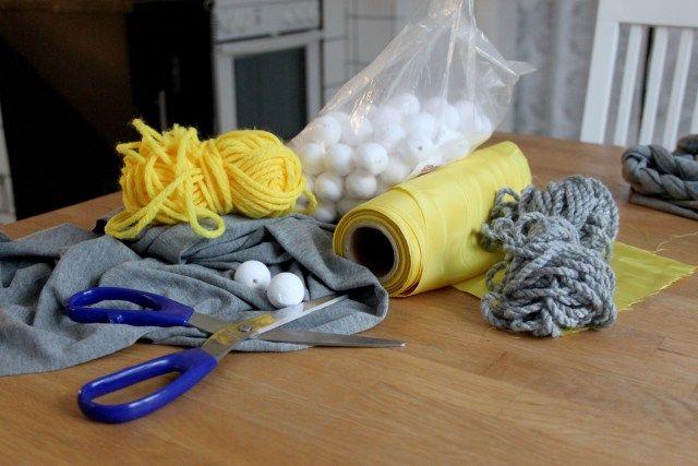 Gör ett halsband av tyg och vaddkulor/flirtkulor | Pysseldrömmar