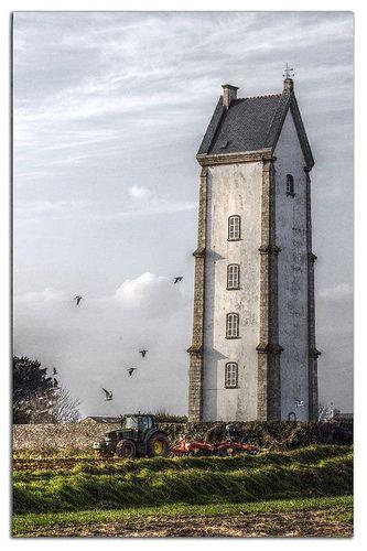 Phare de Lanvaon. La phare de Lanvaon est allumée en 1868 dans l'alignement du phare de l'île Wrac'h , en remplacement du feu placé jusqu'à cette date sur le clocher de Plouguerneau et qui était trop éloigné de la côte. Ce feu fixe et clignotant érigé sur la rive nord de l'Aber-Wrac'h, entre Plouguerneau et Lilia, à 3,5km des côtes, indique l'entrée de l'aber. Il a une portée d'environ 25 km, et a été électrifié en 1960. De jour, il fait partie de ces phares-amers basés à terre.