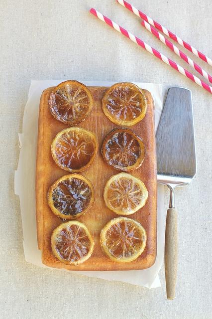 Torta al limone e yogurt con limoni caramellati