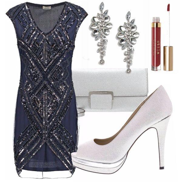Outfit per una serata disco: mini abito navy blue con paillettes, accostato a orecchini importanti e accessori argento. Completa il look il rossetto liquido rosso a lunga tenuta...