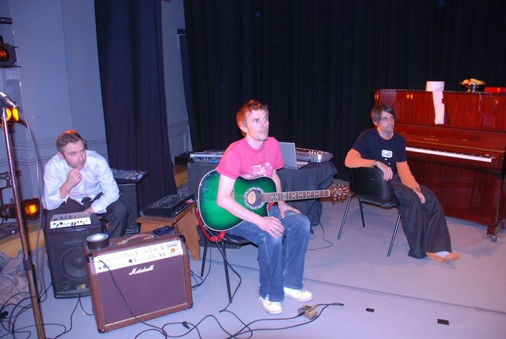 Preparing a show with El Paller in Swindon, Engand, with Rick Morton and Steve Skinley from Familiars.