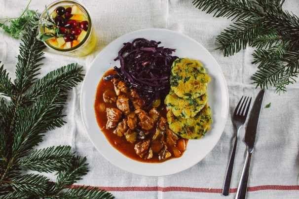 R108 Spinatknödel mit veganem Gulasch und Rotkraut