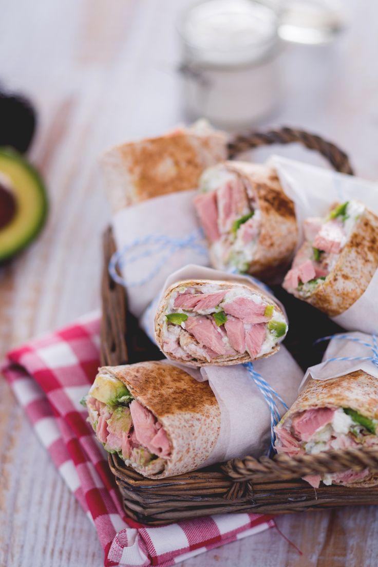 Il wrap di tonno e avocado con salsa allo yogurt e daikon è una ricetta perfetta per un pic-nic e come gustoso street food per l'estate! (Tuna, avocado and daikon wrap)