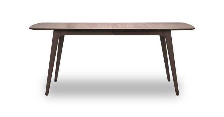 Wake ist dänisches Möbeldesign der Superlative. Handgefertigt in Dänemark aus den besten Materialien mit deutlicher Bezugnahme auf dänische Möbelkunst der 50er und 60er Jahre. Die Serie besteht aus einem Esstisch, einer Anrichte und einem Couchtisch.