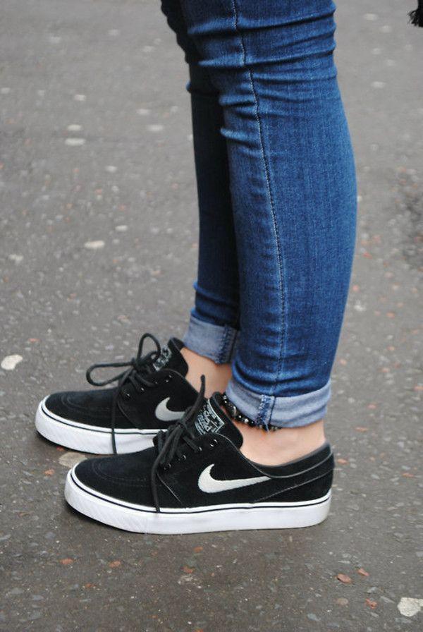 Estos zapatos son de Nike. Son de color negro con el logotipo blanco. Son muy cómodos y con estilo.
