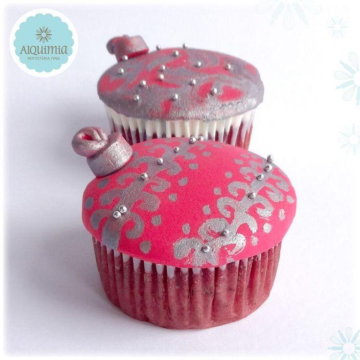 Cupacakes red velvet con ligero sabor a chocolate y cubierta de queso crema. Diseño moldeado en masa elástica y pintado a mano.