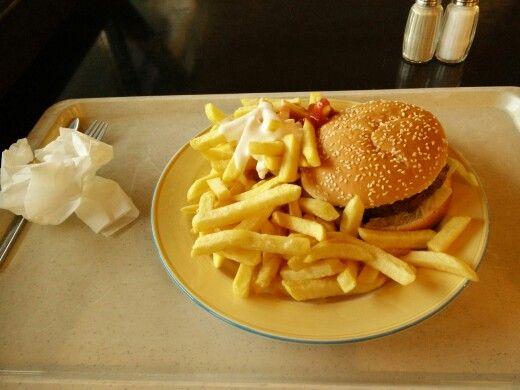 Hamburger im Sesambrötchen mit Pommes rot-weiß