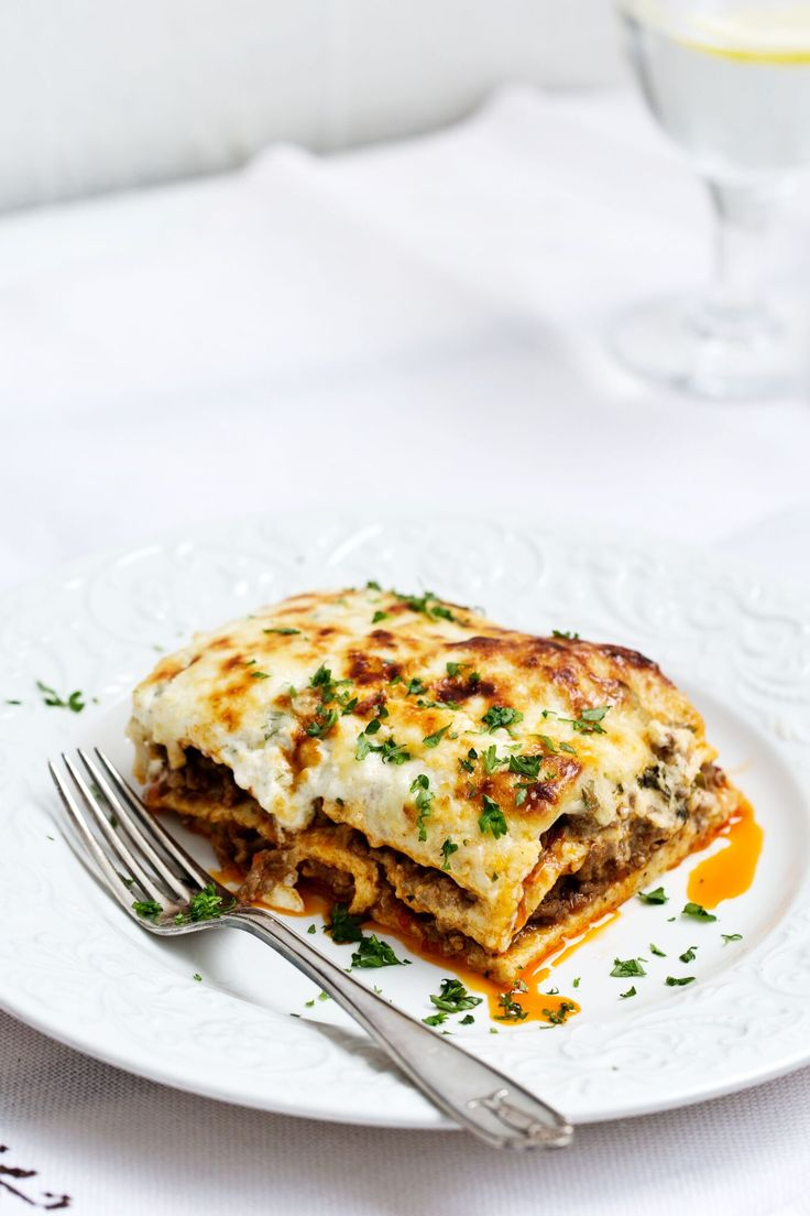 En riktigt god lasagne! Förbered plattor och sås dagen innan så fixar du denna italienska paradrätt på nolltid. Dina gäster kommer att bli mätta, nöjda och imponerade!
