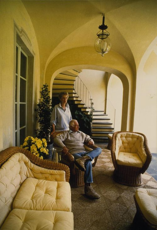 Marella and Gianni Agnelli, rattan chairs
