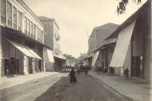 1930 Χανιά, η Χάληδων τραβηγμένη από την Πλατεία 1866. Δεξιά ο Χρυσόστομος , αριστερά τα κτήρια του Κούνδουρου και μετά το μέγαρο Παραδομενάκη