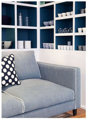 contrasting shelves // On aime : le bleu Sarah Lavoine pour colorer les étagères