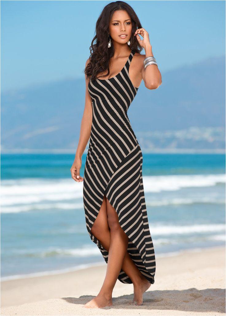 Veja agora:O foco deste vestido se concentra nas costas, e claro, na fenda frontal! Vestido em look listrado, com costas nadador e modelo mullet com barra redonda.