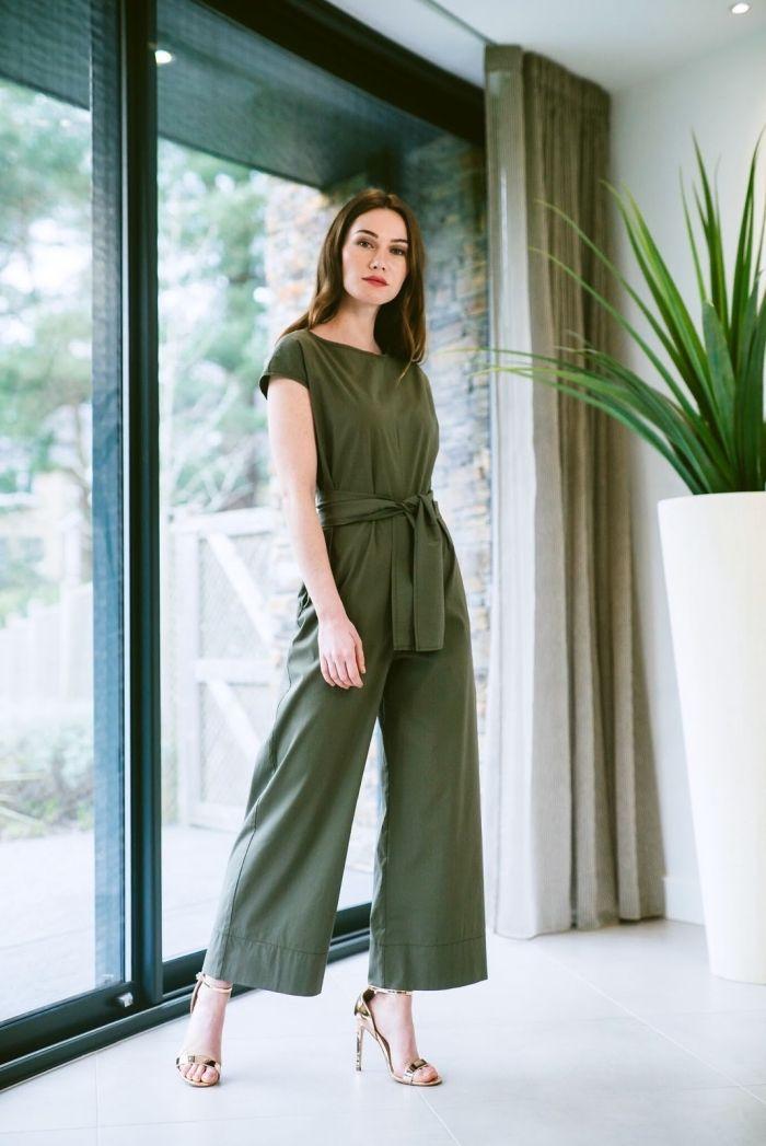 7df173fc8629 combinaison femme chic de couleur vert kaki aux manches courtes avec  ceinture combinée avec paire de sandales or