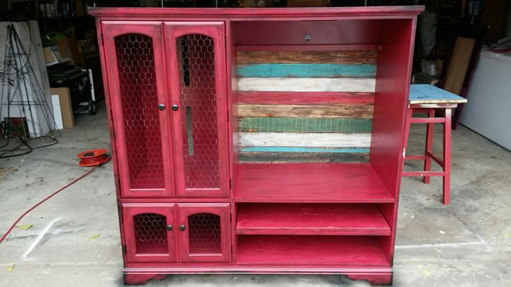 Tv entertainment center refurbished with pallet wood and chicken wire