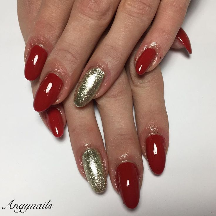 Le cose semplici... Sempre le migliori!!! Unghie Natalizie!!! #christmasnails# nails #nail #champagne #style #rednails #cute #beauty #beautiful #pretty #girl #girls #stylish #sparkles #styles #glitter #nailart #art #gelnails #photooftheday #ongles #unhas #onglesengel #rosso #love #shiny #nailporn #nailpolish #nailswag