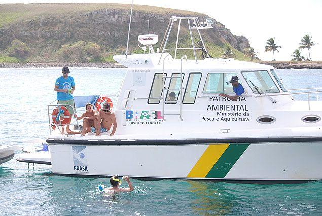 Servidores federais em lancha da Patrulha Ambiental, no arquipélago dos Abrolhos, no sul da Bahia