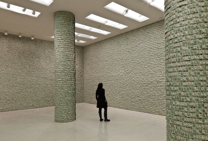 Feldmann hat das Geld daraufhin nicht auf seinem Konto geparkt oder es in Immobilien investiert, sondern damit alle Wände und Säulen des großen Ausstellungsraums im Guggenheim tapeziert. Dreizehn Tage hat es gedauert die 100.000 1-Dollar-Scheine mit Reißzwecken anzupinnen. Das Werk wird noch bis zum 2. November im Guggenheim Museum in New York ausgestellt