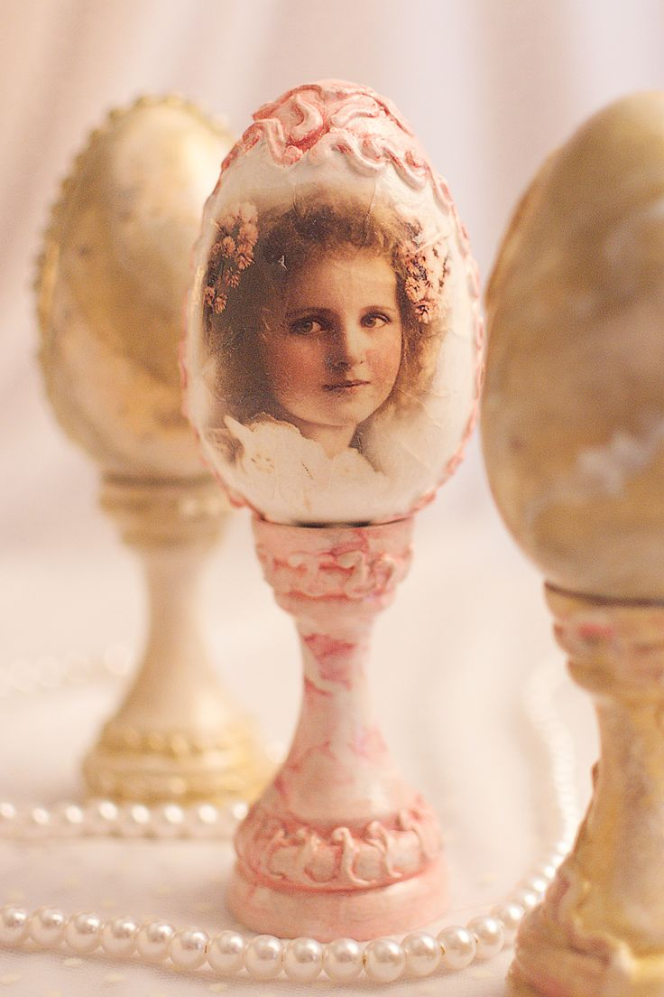 Marble Effect -Easter Egg With Vintage Girl