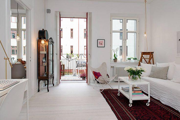 Kawalerka w bloku w stylu skandynawskim - salon z balkonem