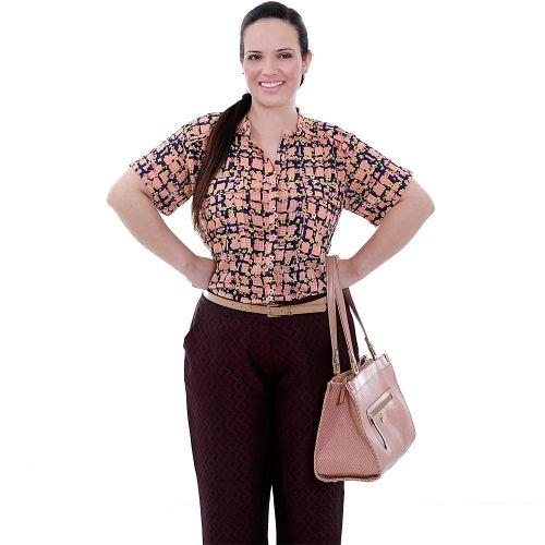 Camisa Ruffles Charm Rosa Plus Size - Camisa Ruffles Charm  Camisa em viscose estampada com fundo rosa, decote careca, com pequena pala no ombro e um babadinho na frente, com 2 bolsos na frente, manga curta e barra italiana, abertura lateral. Muito fofa esta camisa, super básica e muito usável.  Marca - VICKTTORIA VICK Plus Size  Composição Têxtil:  100%Viscose