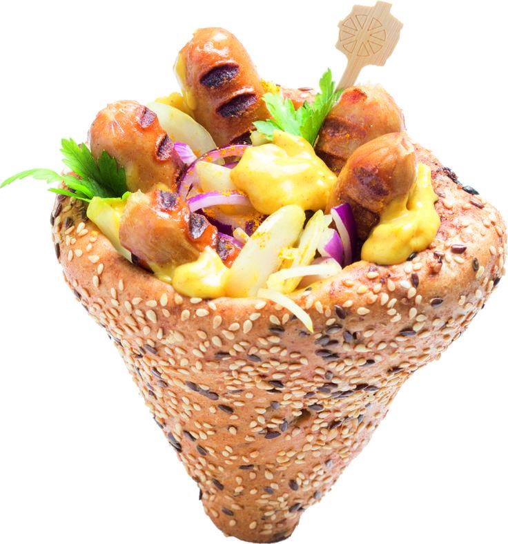Curry Kolbice: Curry-s kolbászkák, frissen sült kenyértölcsérben, paradicsomos curry szósszal és hagymával