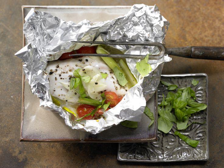 Hähnchenbrust in der Folie gegart - mit Fenchel, Staudensellerie und Weißwein - smarter - Kalorien: 274 Kcal - Zeit: 25 Min. | eatsmarter.de