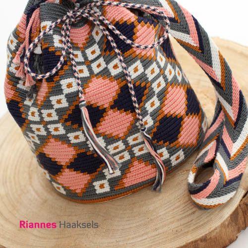Bij RiannesHaaksels vind je alle benodigdheden voor het haken van je eigen Wayuu mochila. Onder andere haaknaalden, garens, kwast & pompon makers, gripfids en haakpakketten!
