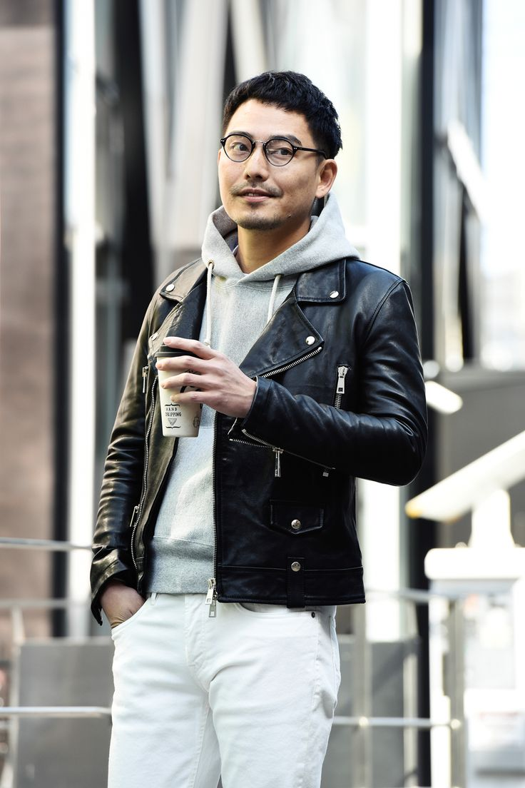 いまやメガネはファッションスタイルの一部だ。スポーティーな着こなしに知的な印象をプラスしたり、ドレッシーな装いをシックにまとめるなど、メガネの身につけ方によってスタイリングの印象を大きく変化させることも可能だ。今回は、この春旬なメンズファッションスタイルを日本の鯖江で製造されているメガネブランドOh My Glasses TOKYOの人気モデルと共に紹介! パーカブルゾンスタイル×Oh My Glasses TOKYO「ルーカス」 イタリアはもとより日本でも人気沸騰中のストーンアイランドのパーカブルゾンにネイビーニットをレイヤードすることでスポーティーな中にもシックな印象をプラスした装い。あらゆる顔型やファッションスタイルにフィットしやすいボストンフレームの眼鏡「ルーカス」をチョイス。  眼鏡のアップ写真を見る ストーンアイランドのナイロンメタル製インディゴフードジャケットコート8万9000円(トヨダトレーディング プレスルーム 03-5350-5567)スローンの紺ニット2万5000円(スローン 03-3448-0207)ヘインズの白カットソー2500円(ヘインズブランズ…