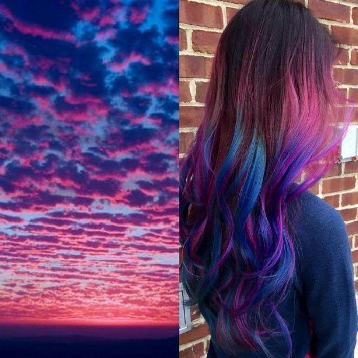 Chica con el cabello teñido de los colores del atardecer, azul y rosa