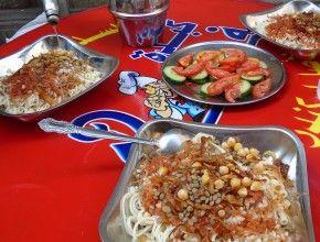 Le kochari est le plat national égyptien. Il est réalisé à partir de nouilles (spaghettis & macaronis), riz, lentilles, sauce tomate épicée et oignons frits. Il est possible d'y ajouter de la sauce vinaigrée à l'ail et de la sauce piquante.