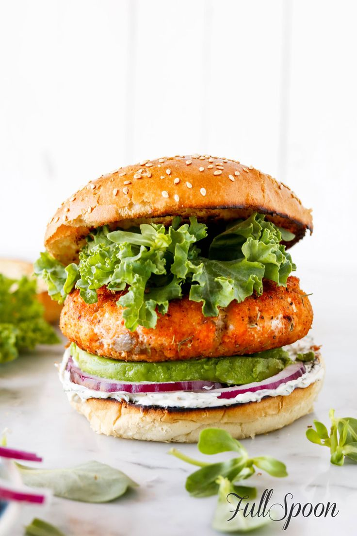 Гамбургер с котлетой из семги!!  http://fullspoon.ru/gamburger-s-kotletoj-iz-semgi/