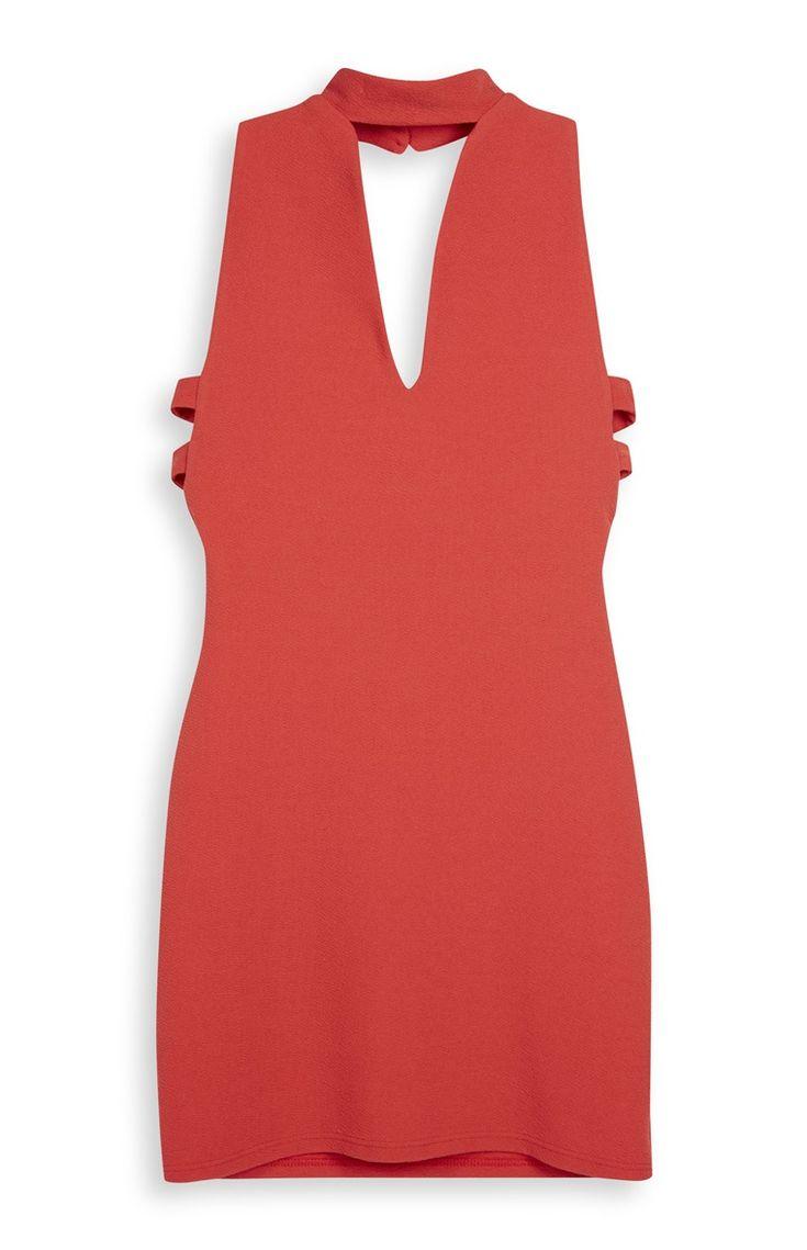 Nauwsluitende rode jurk met chokerhals