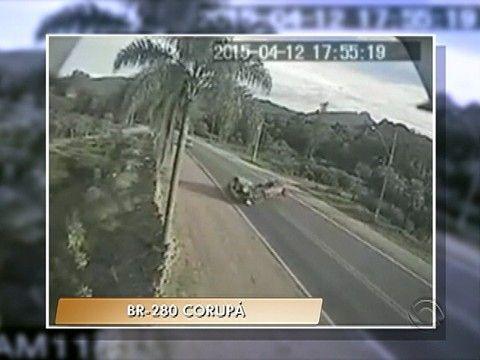 G1 - Acidente que matou casal na BR-280 é flagrado por câmeras; veja vídeo - notícias em Santa Catarina