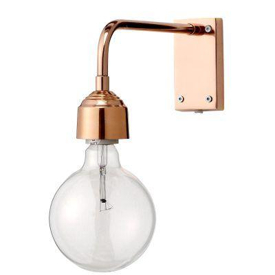 Less vägglampa från Bloomingville. Less is more, det enkla räcker mycket väl! En snygg lamphållare för väggen som bär upp en naken glödlampa på bästa sätt. Hållaren har en koppar-nyans och blir en fin detalj i hallen, sovrummet eller bredvid soffan. Skruva