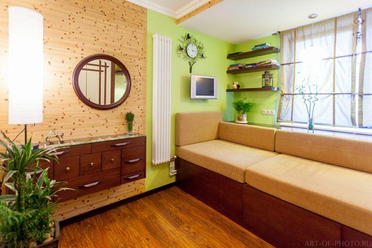 в интерьере использован натуральный бамбук, шторы из натурального льна, лаконичные линии и спокойные цвета