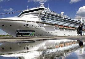 14-Nov-2013 4:50 - PASSAGIER CRUISESCHIP SLAAT OVERBOORD. De kustwacht van de Verenigde Staten is op zoek naar een vrouw die woensdag ten noordoosten van Hawaii overboord is geslagen van het cruiseschip...