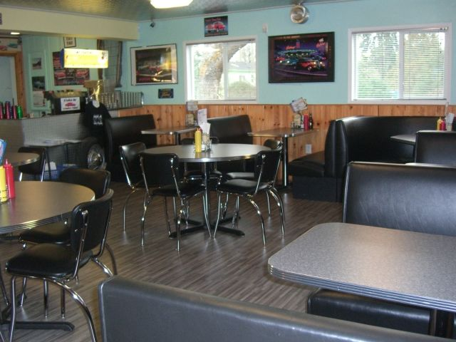 www.barsandbooths.com Cruise In Country Diner.....lunch is ready!