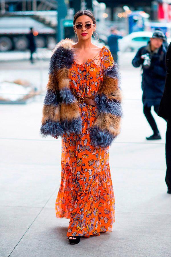 Shay Mitchell usa vestido longo estampado estilo boho e faux fur coat.